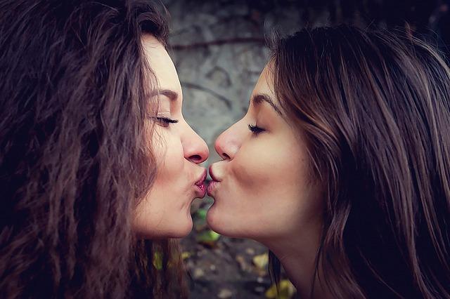 lesbický polibek
