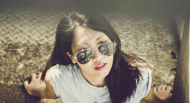 brunetka a sluneční brýle