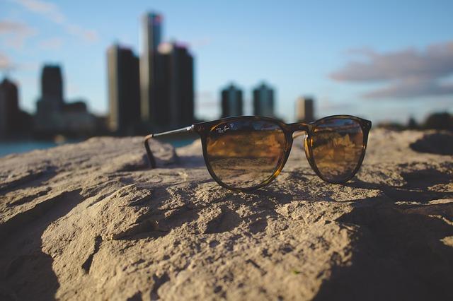 sluneční brýle na zemi