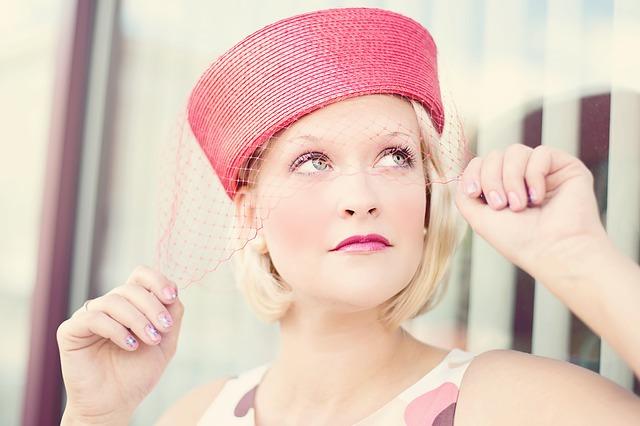žena v kloboučku