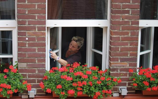 žena při mytí oken