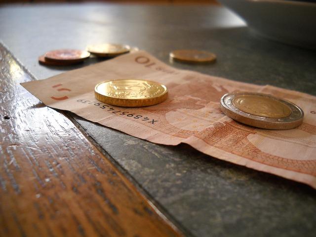 bankovka a několik mincí