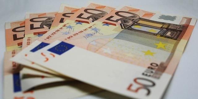 pět 50ti eurových bankovek