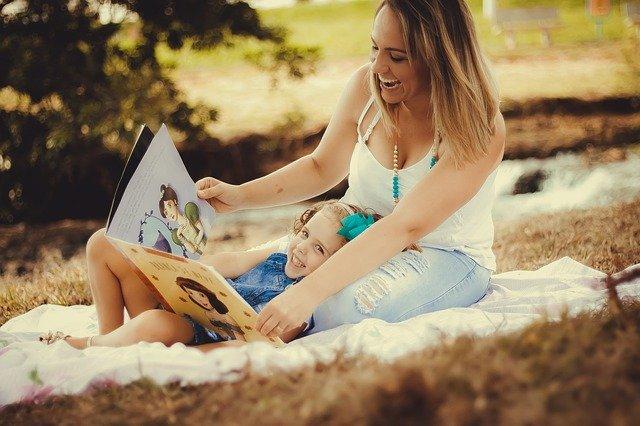 žena se směje a v rukou má knížku