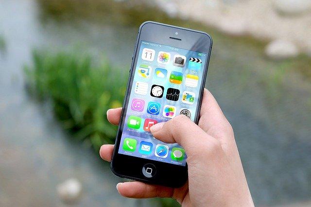 chytrý telefon s kontaktními informacemi